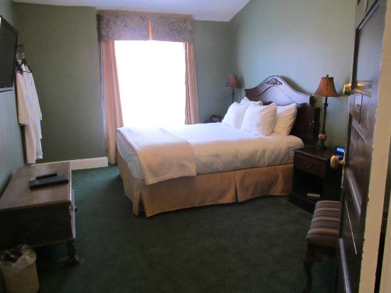 Ye Olde English Inn: Another suite room