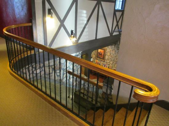 The Old English Inn: Staircase to lobby