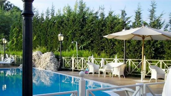 Piccolo Borgo: superb pool area with bar