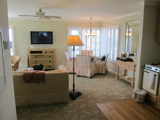 Scripps Inn: Living room and dining area of the Ocean Vista Suite.