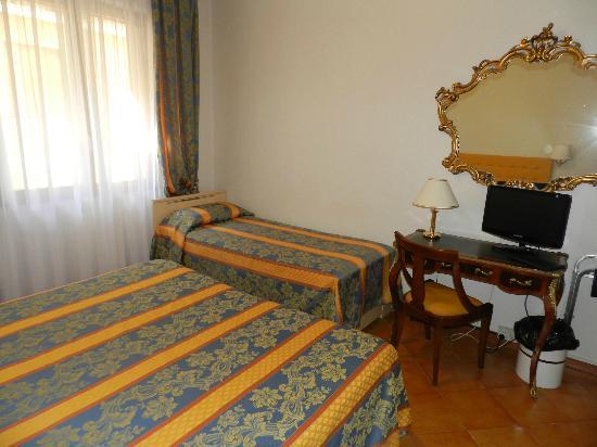 Hotel Mondial : Room 110 -- A triple