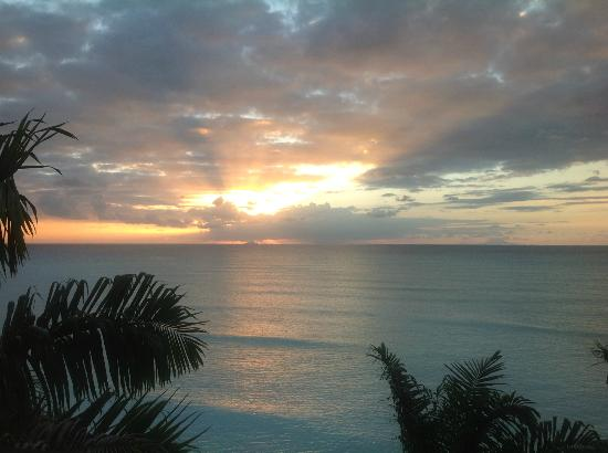 Cocos Hotel Antigua: Sunset view from Cottage 19.