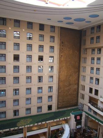جويلينج ليانج ووتر فول هوتل: Fenêtres des chambres donnant sur l'atrium 
