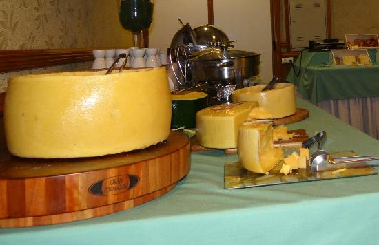 Hotel Bella Italia: mesa de queijos sopas e ovos