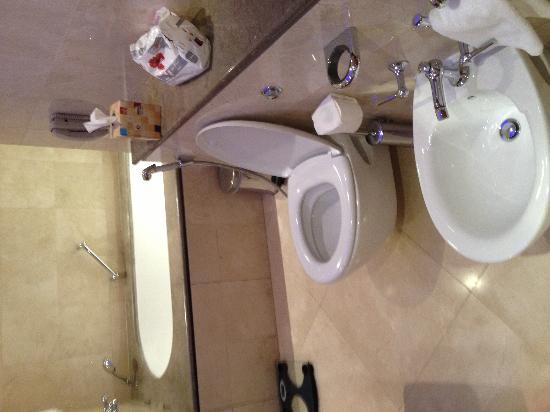 Marina Hotel : Large bath very relaxing