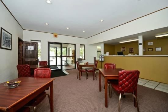 Americas Best Value Inn- Whitehall: Lobby