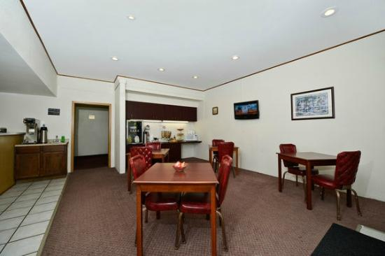 Americas Best Value Inn- Whitehall: Breakfast Area
