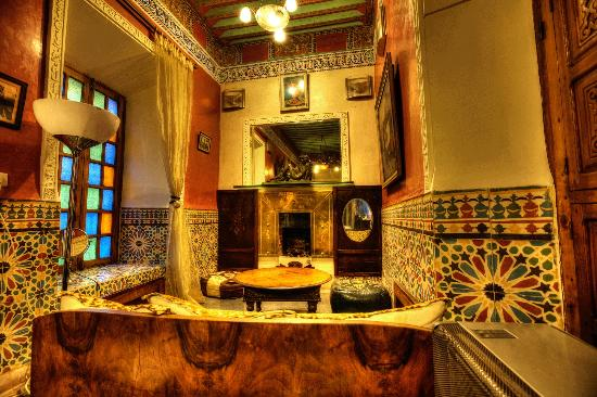 Riad Malika: Bathroom with Jacuzzi and open fireplace