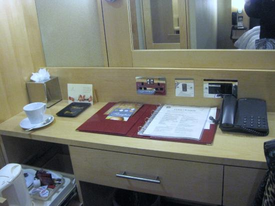 Academy Plaza Hotel: Desk with mirror