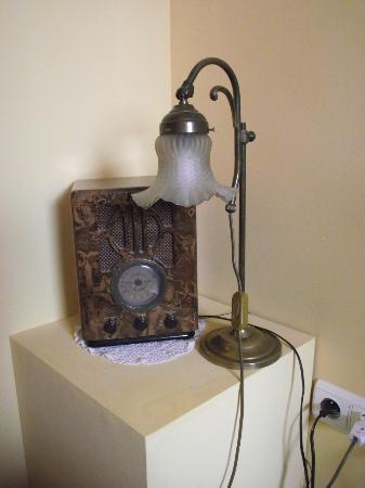 Hotel Les Bluets: Nachttisch mit altem Radio und Jugendstil-Lampe