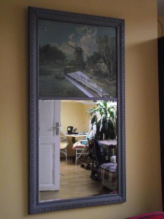 Hotel Les Bluets : Schöner alter Spiegel mit Gemälde auf der oberen Hälfte