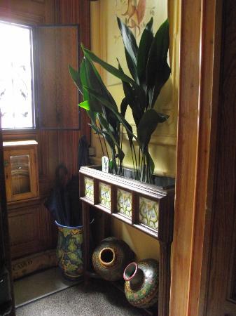 Hotel Les Bluets: Blumen im schönen Blumenständer (Windfang)