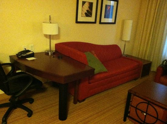 Residence Inn Newport News Airport: Living area couch of studio room