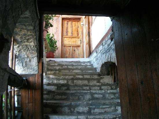 Lorenc Guesthouse & Hostel Gorica: Steps up to the door
