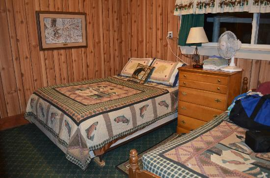Pine Grove Lodge and Cabins: Bedroom