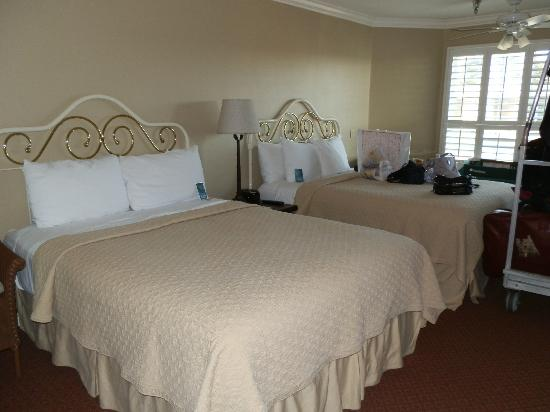 Sand Pebbles Inn: such comfortable beds!