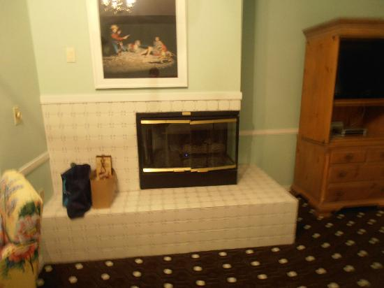 Inn at Oyster Point: Fireplace