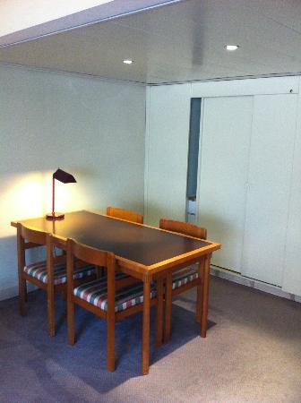 VIP Executive Marques Aparthotel: comedor y cocina cerrada