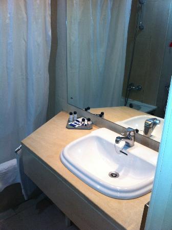 VIP Executive Marques Aparthotel: baño