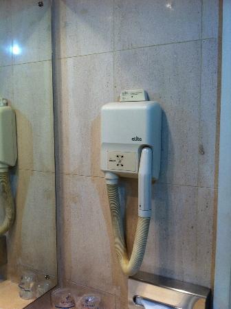 VIP Executive Marques Aparthotel: secador baño