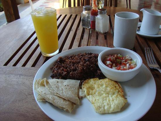 Hotel La Bocona: Gallo pinto, tortilla, queso frito, salsa, cafe con leche and jugo