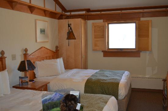 Old Faithful Snow Lodge and Cabins: Our room with 2 queens