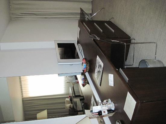 Ontur Hotel Izmir: scrivania e tv..