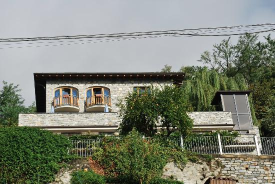 Villa Tres Jolie: The Villa set up on the hillside