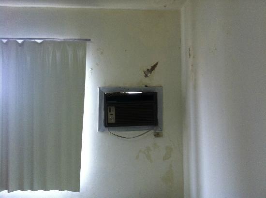 Hotel Faguile: Primeiro quarto, infiltração, ar condicionado desmontando.