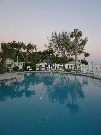 Island Inn: pool/full moon
