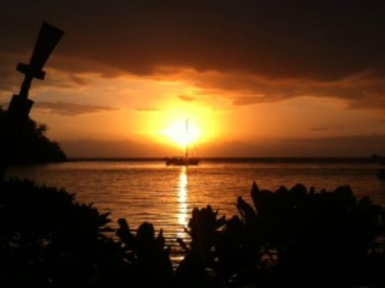 Likuliku Lagoon Resort: Sunset view from beach bar