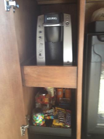 Enchantment Resort: Kurig coffee/tea machine in room with snacks