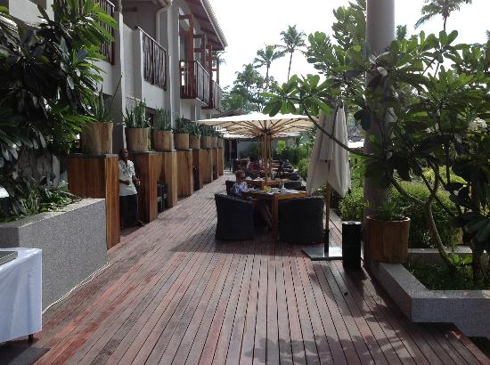 Kempinski Seychelles Resort: outside dining area