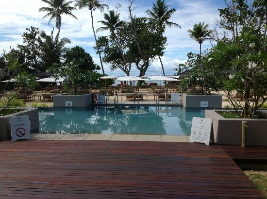 Kempinski Seychelles Resort: Pool area from reception area