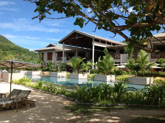 Kempinski Seychelles Resort : Looking from beach to hotel