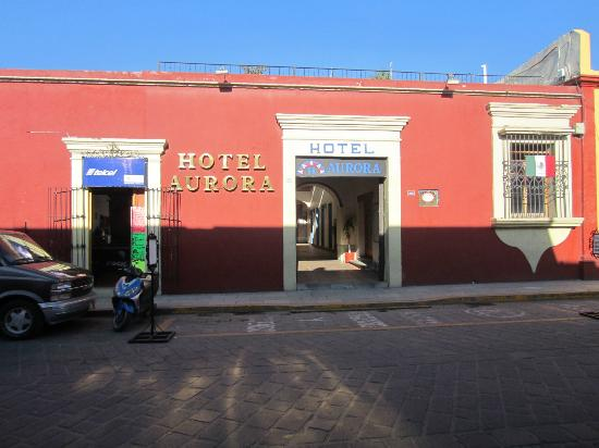 Hotel Aurora: Entrance on Calle Bustamente