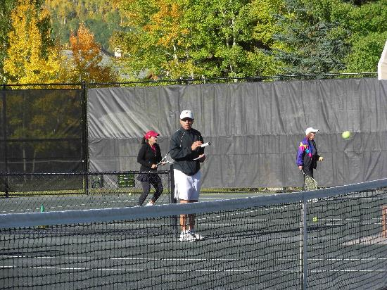 Beaver Creek Tennis Center : Dave Alonzo during warm-up for ladies skills clinic