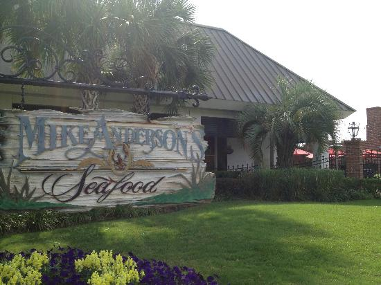 Mike Anderson's Seafood - Gonzales: What you'll see before you go in...