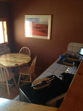 Red Cliffs Lodge: dining table and food counter in suite
