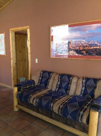 Red Cliffs Lodge: sofa in 2 bedroom cabin