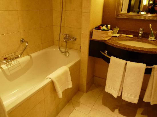 Sheraton Grand Krakow: Salle de bain