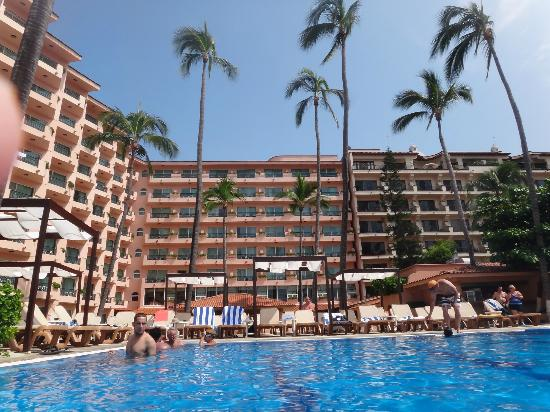 Crown Paradise Golden Resort Puerto Vallarta: View of other rooms from the pool