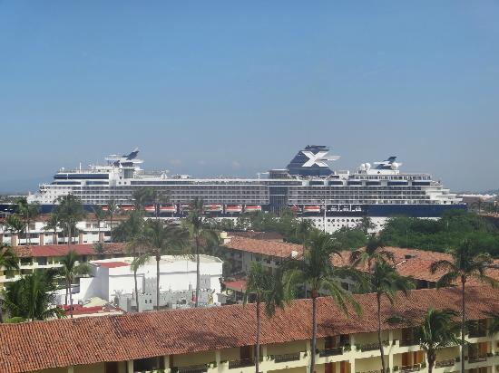 ‪‪Crown Paradise Golden Resort Puerto Vallarta‬: Cruise Ship at Port from other side of doorway