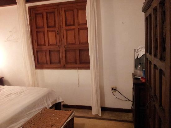 Posada Albacora: Habitación, la ventana no tiene vidrios, no se puede dejarabierta con el aire acondicionado pren