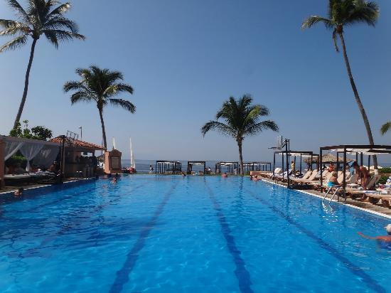 ‪‪Crown Paradise Golden Resort Puerto Vallarta‬: View of pool towards the ocean