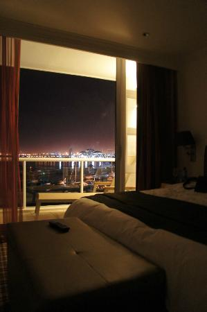 Radisson Blu Hotel Waterfront, Cape Town: Room at night