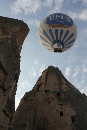 Emily's Cave House: hot air balloons above hotel