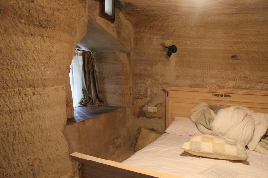 Emily's Cave House : bedroom
