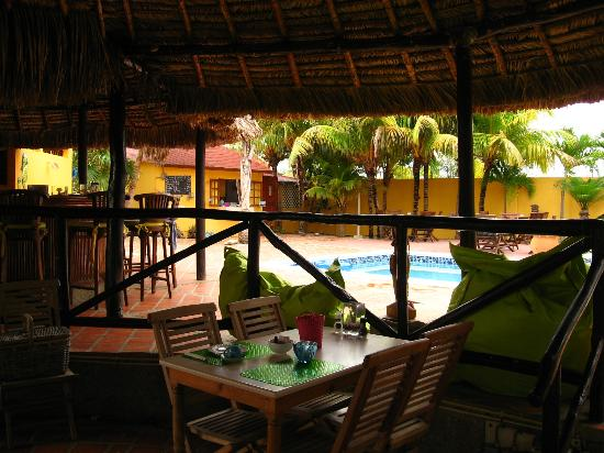 Hotel Restaurant Roomer: Dining area under the palapa poolside
