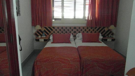 Suite Hotel Fariones Playa: Apartment.